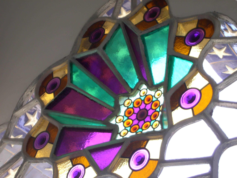 Farbiges Glasfenster im Bellesgard-Haus in Barcelona